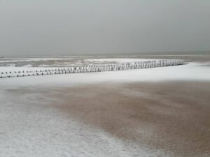 Vakantie in Domburg in de winter - sneeuw op strand